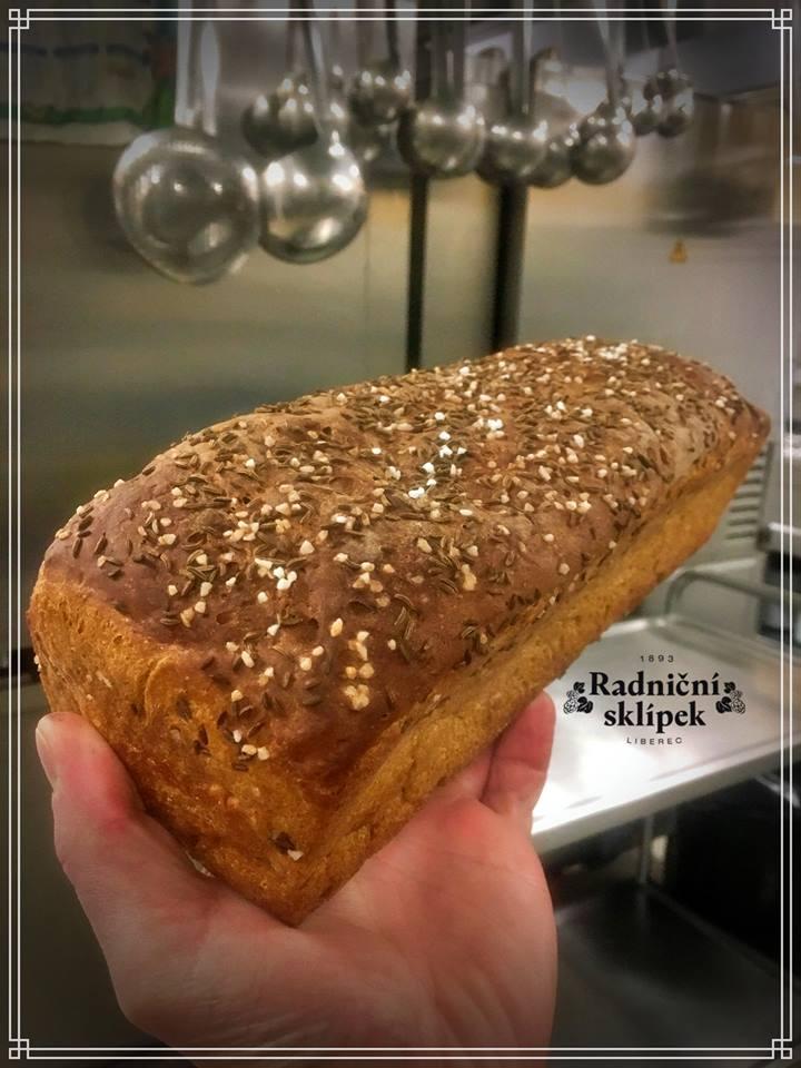 Kmínovej...! Pečený fešák ze žitné chlebové mouky s hrubou solí a kmínem. Zítra třeba k buřtguláši..