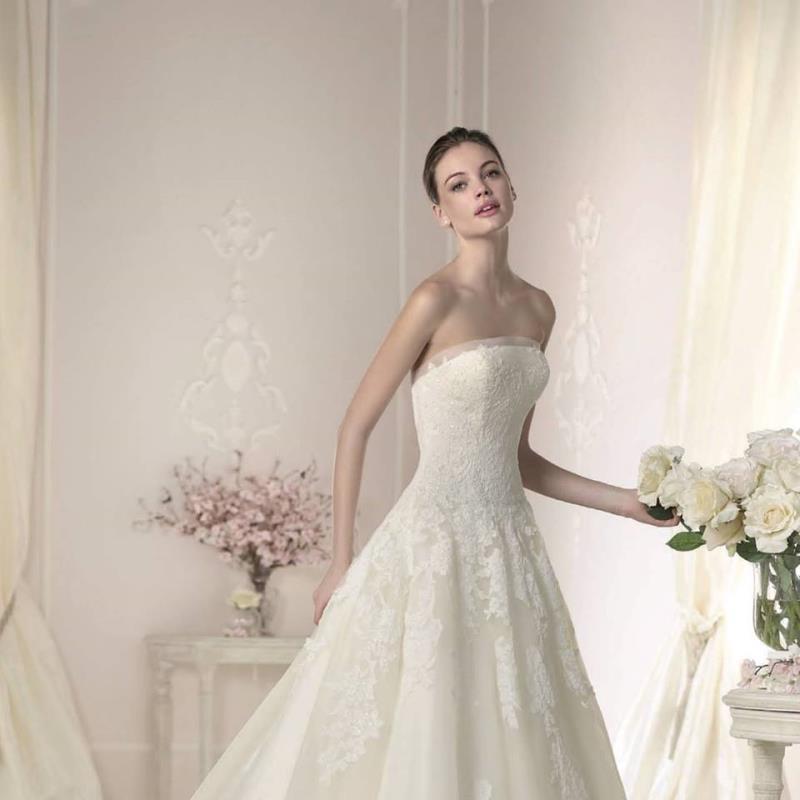 Půjčování svatebních, společenských a maturitních šatů.