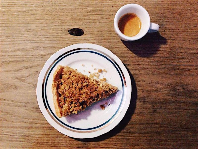 Jablečný koláč s ořechovou drobenkou a espresso z Mexica.