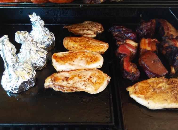 Dnes od 16:00 opět grilujeme! Nabízíme kapry, žebírka, hermelíny, klobásky a cigárka. Zchladit se můžete točeným pivečkem nebo výbornou domácí limonádou!