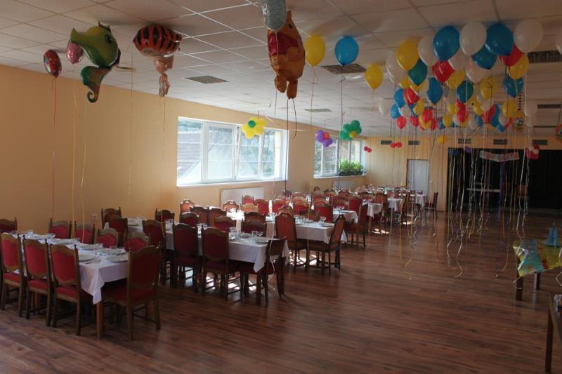 Restaurace má pro Vás připraveno cca 65 míst, rozdělených do dvou místností. Budete-li pořádat větší rodinnou nebo firemní společenskou akci, máme pro Vás řešení. K dispozici pro Vás máme multifunkční sál, vhodný k pořádání svatebních hostin, narozeninových oslav, firemních školení nebo večírků cca 100 míst.