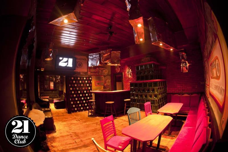 máme i salónek . Užijte si s přáteli nerušenou zábavu v uzavřeném a příjemném  prostoru se skvělým servisem Nabízíme Vám jedinečný prostor legendárního plzeňského klubu, který baví návštěvníky již od roku 1995.