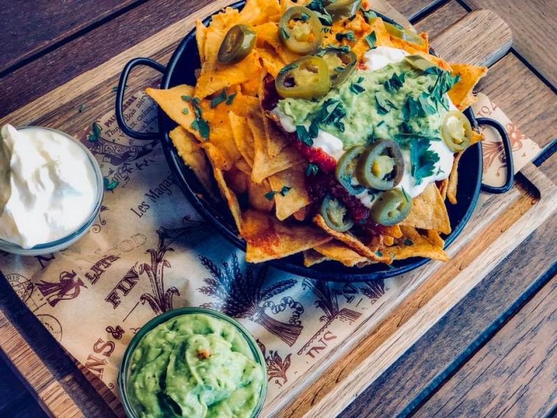 Přijďte ochutnat novinky v našem jídelním lístku. Například nachos chipsy zapečené cheddarem. Podávané se zakysanou smetanou a guacamole