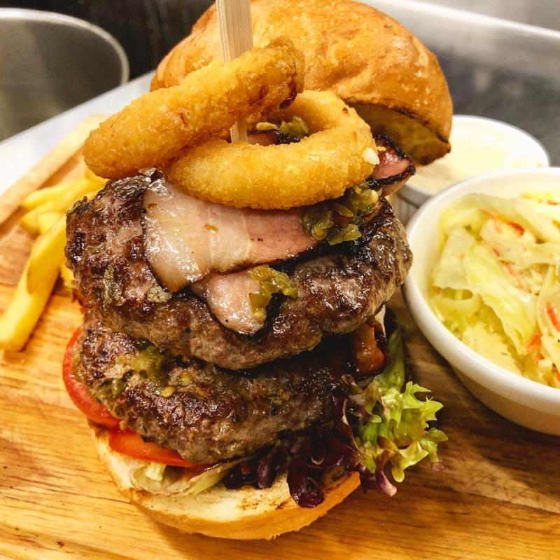 """Oblíbené hamburgery opět ve speciální nabídce. Přejeme dobrou chuť při zdolávání nového """"dvojitého obouručáku"""""""
