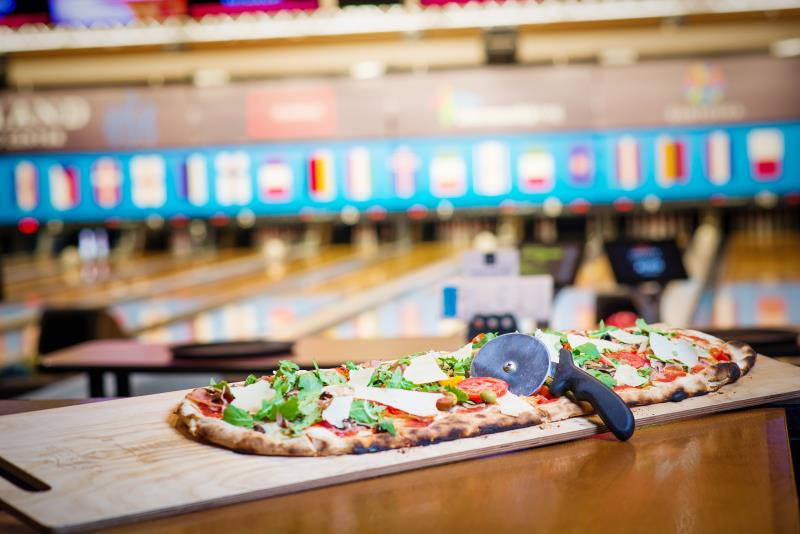 METROVÁ PARTY PIZZA - Originální metrová párty pizza Scrocchiarella margherita pro 4–6 osob. Pripravená z 5 ingrediencí dle vašeho výberu (ingredience navíc 49 Kc): šunka, ventricina, žampiony, cibule, kukuřice, česnek, vejce, peperoncino papričky, cherry rajčata, špenát, rukola, parmazán, olivy, pancetta. Cena 599 Kč.
