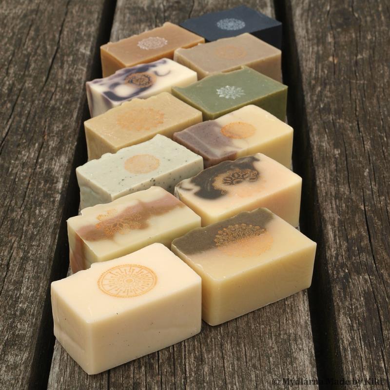 Hledáte mýdlo, které je přírodní, ekologické, bez barviv, konzervantů a umělých parfémů? K tomu navíc balené v přírodních materiálech a za rozumnou cenu? Pak se podívejte na nabídku naší mýdlárny...