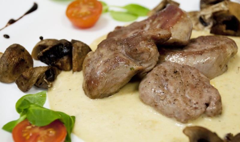 Každý pracovní den pro Vás připravujeme obědové menu včetně polévky. Nabídku menu pečlivě vybíráme a snažíme se o pestrost jídel.