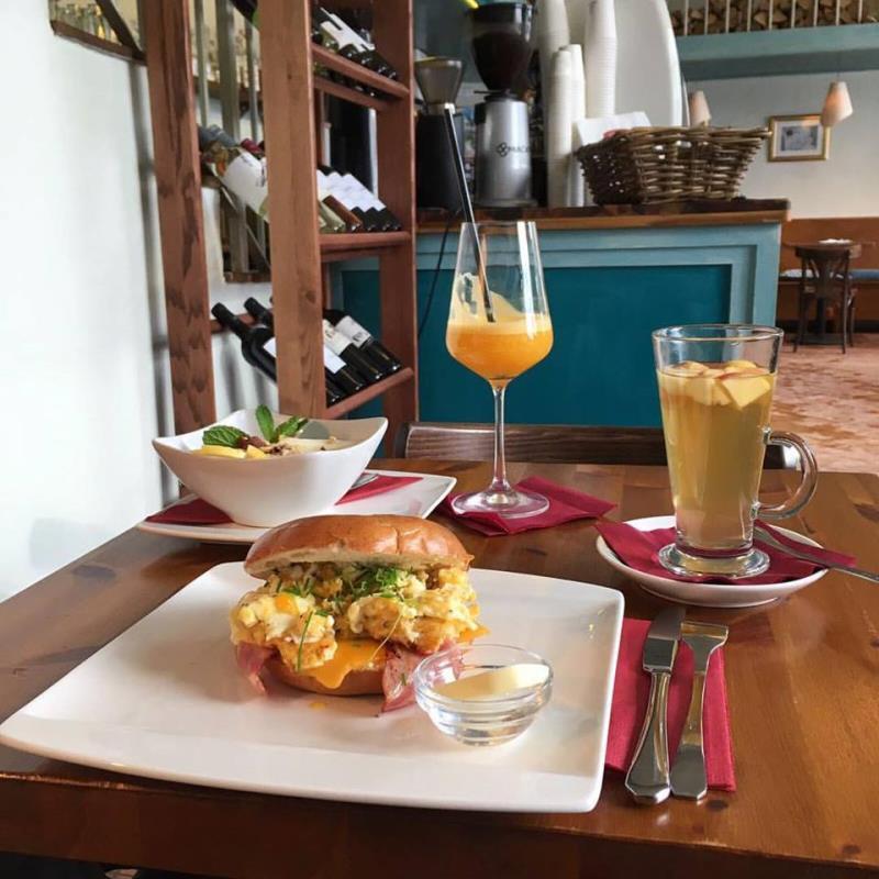 snídani raději ovesnou kaši a fresh juice nebo bagel se slaninou a míchanými vejci a k tomu horký calvados?