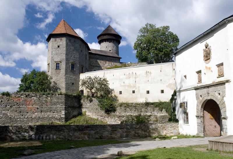 navštivte náš profil a pod záložkou kontakty naleznete program hradu do konce roku 2019 :)