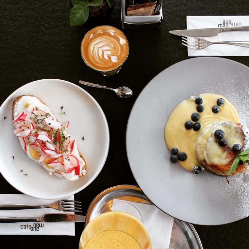 Lívance jsou sázka na jistotu, celý tento týden můžete ochutnat naše borůvkové s vanilkovou omáčkou nebo porci jara na našem chlebu s ricottou a vejcem.