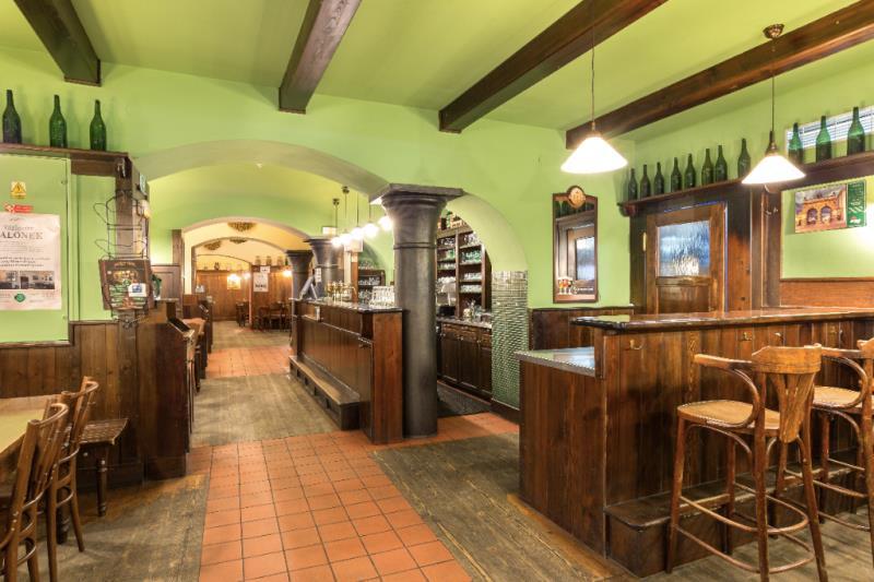 Plzeňská pivnice, šenk Na Parkánu, byla založena v roce 1966 a nese jméno podle svého umístění u plzeňských hradeb tzv. parkánů.  Šenk je přímo propojen s Pivovarským muzeem, a tak i skvělý výčep poctivě ošetřeného tradičního ležáckého i zcela ojedinělého nefiltrovaného Pilsner Urquell, je svým způsobem jedním z exponátů. Samozřejmostí je široký výběr kulinářských specialit tradiční české kuchyně, jídel z grilu a lokálních specialit k pivu.  Bohaté pohoštění zajistíme pro soukromé a firemní osla