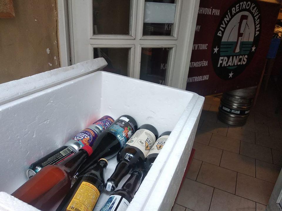 Francis - pivní retro kavárna